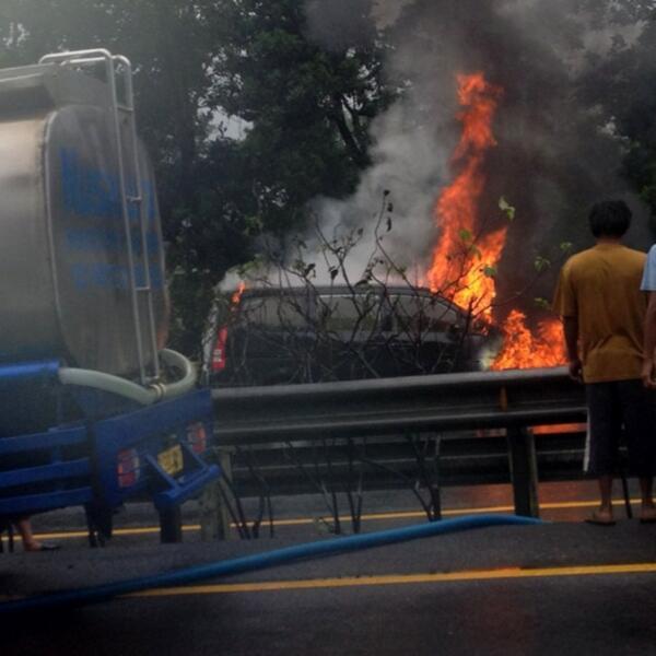 Nissan Serena terbakar