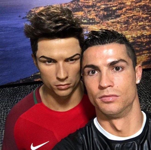 Роналду висміяли за фото зі своєю восковою фігурою