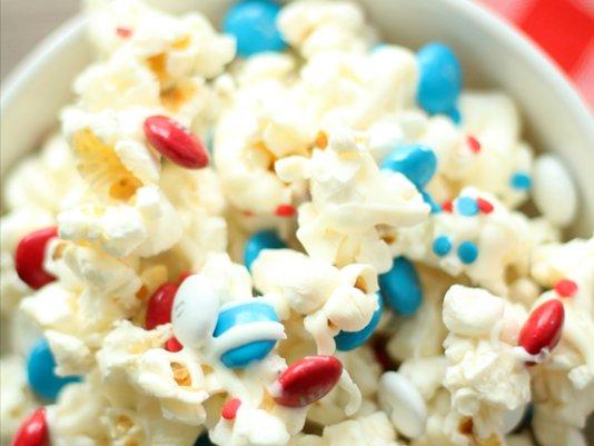 Make this patriotic popcorn recipe for #NationalPopcornDay: