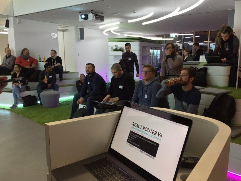 Talking about #react-router. #reactjsdus @reactjs_dus Slides here: