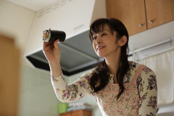C5R X1JUYAAzGZa - 斉藤由貴が医者と5年にわたる不倫関係、彼女の宗教結婚と家族は?