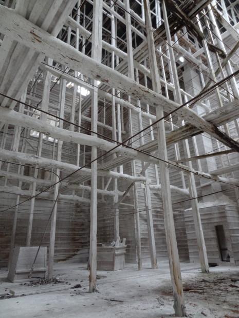 test ツイッターメディア - 【三重・白石鉱山】白石工業株式会社の桑名工場。大正10年操業、昭和51年停止。現在解体済。石灰石から炭酸カルシウム関連工業製品を製造。複数の建屋と大きなパイプや機械類が組み合わさる工場美と石灰で白くなった施設内はファンが多かった。 https://t.co/bKHI3iYY6C