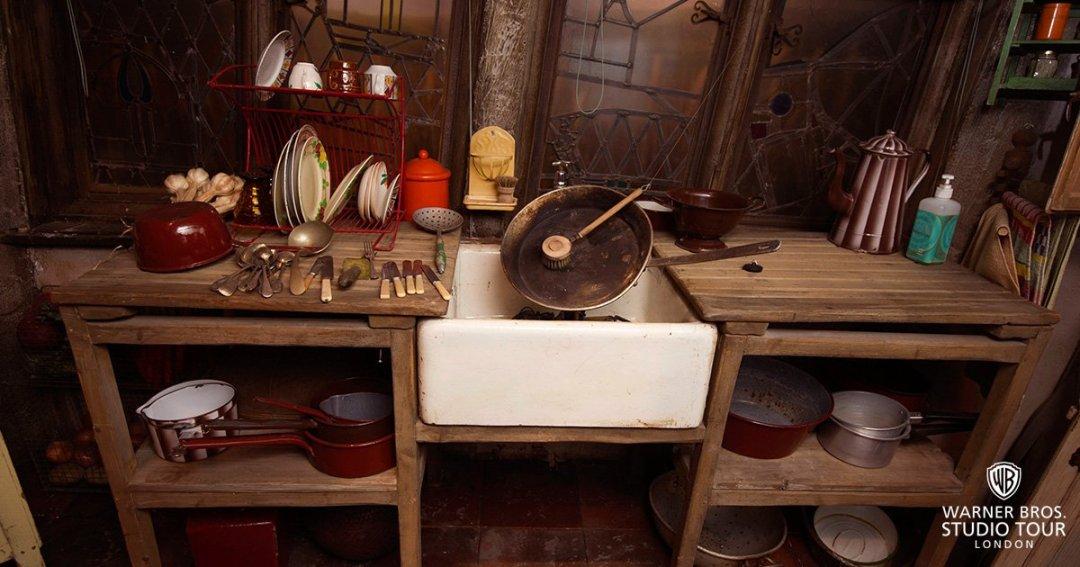 Fotografie kuchyně v Doupěti z expozice v londýnských studiích.