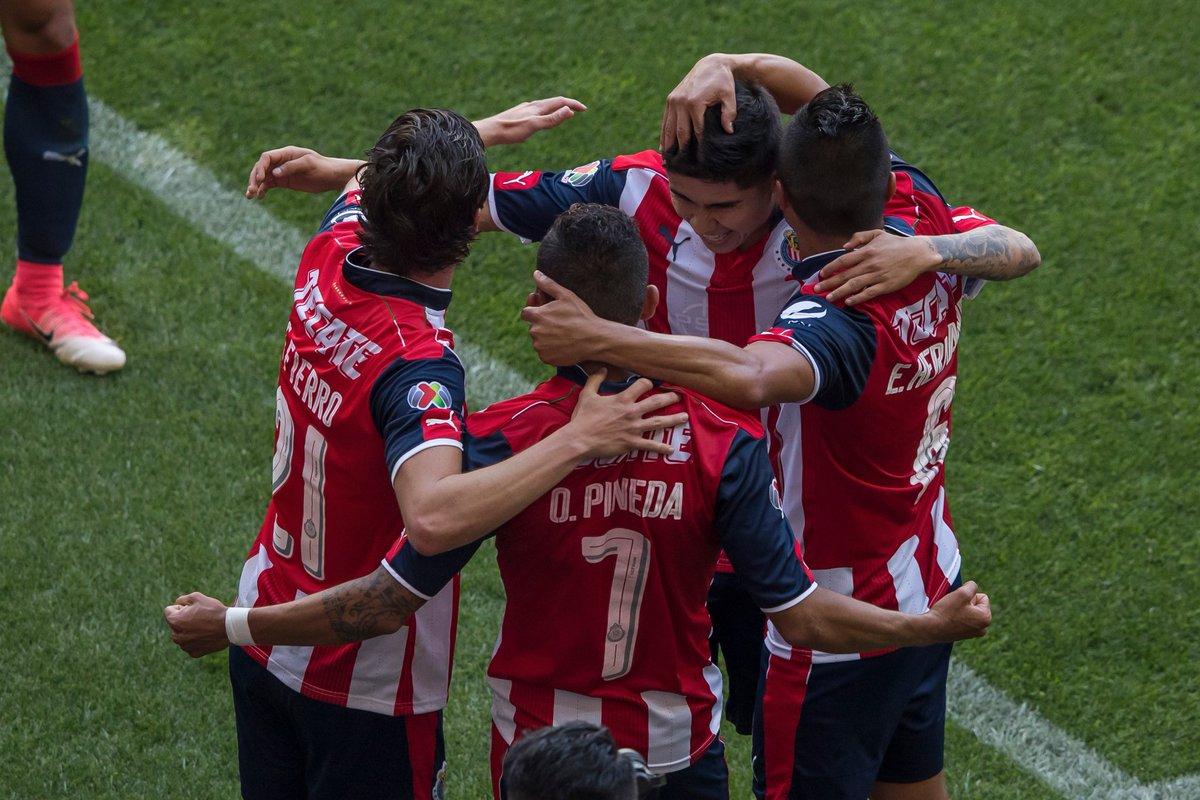 Con polémica arbitral, Atlas gana 'primer round' a Chivas