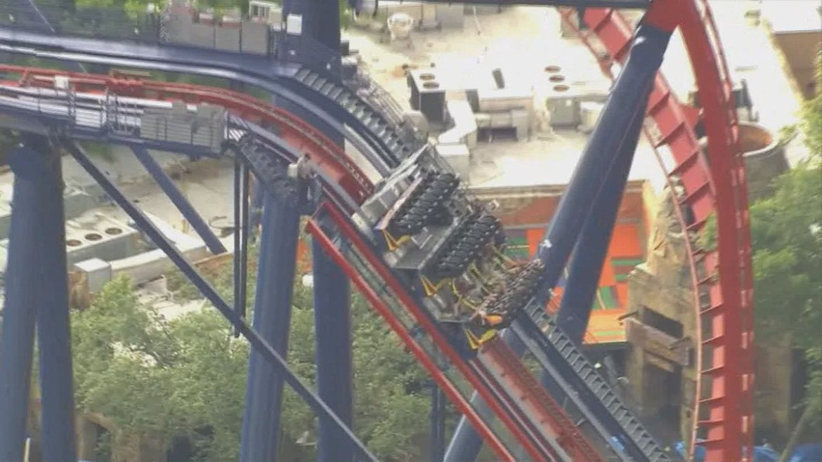 Bad day to be at #BuschGardens ... #Sheikra ride stuck with riders onboard.  WATCH LIVE: