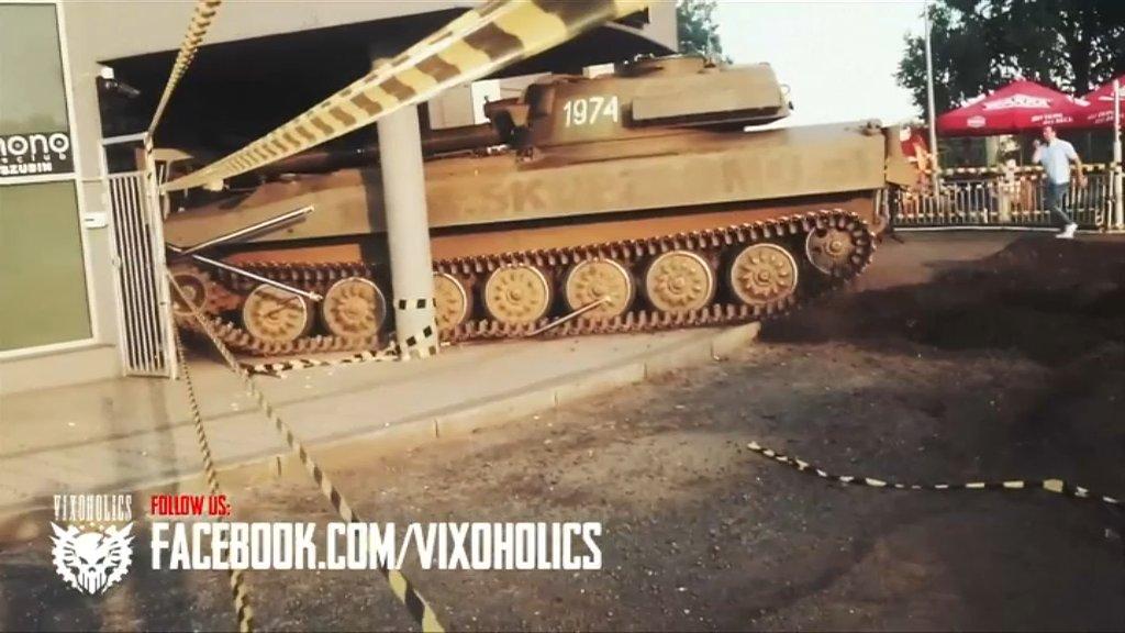 VIDEO - Pologne: un char fonce dans une boite de nuit https://t.co/6txqjFV1tz