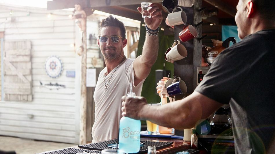 Jake Owen takes you to the beach in virtual reality 'American Country Love Song' video