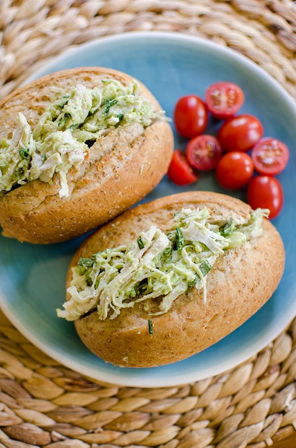 EASY lunch that\'s ready in minutes . Enjoy this avocado-chicken salad💕