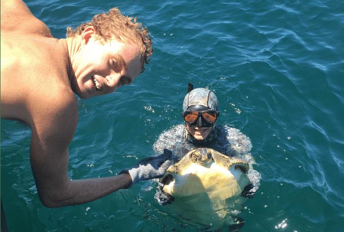 Freedivers help juvenile turtle entangled in fishing tackle #goodnews  @JoshRojasBN9