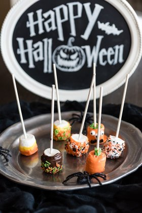 These DIY Marshmallow Pops will get the whole family in the Halloween spirit this weekend.