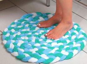 Vdeo DIY: cmo hacer una alfombrilla de bao con toallas recicladas.