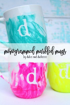 These monogrammed marbled mugs would make a great gift for a friend! DIY