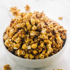 Recipes - Food - This Vegan Caramel Popcorn is healthy & made wit-