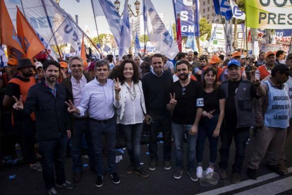 Teresita Luna, hier in der Mitte im weißen Hemd, bei einem Protestzug für die Einführung des sozialen Notstandes