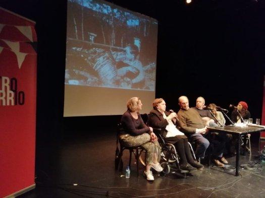 test Twitter Media - Ayer en el Teatro del Barrio, voces que conocieron la guerra, que han sufrido la historia y que guardan en la memoria las huellas de una solidaridad que hoy se evapora en la Unión Europea. Cuánto tiene que aprender el futuro del pasado. https://t.co/MOTYdiVvER