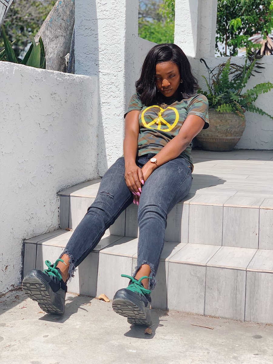 D3sqYhoU8AAPbF6 - Simi is all shades of cool, in new photos