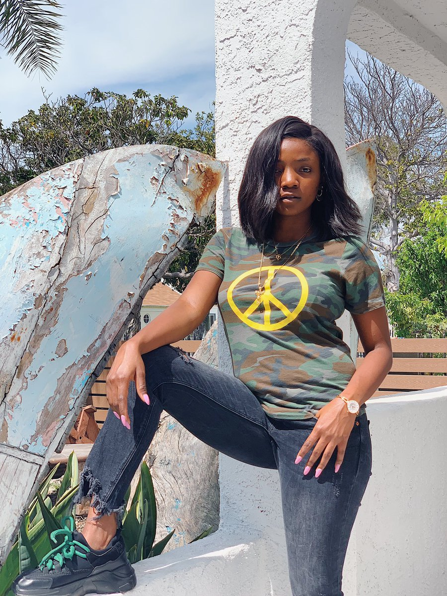 D3sqYhvU4AUEiGS - Simi is all shades of cool, in new photos