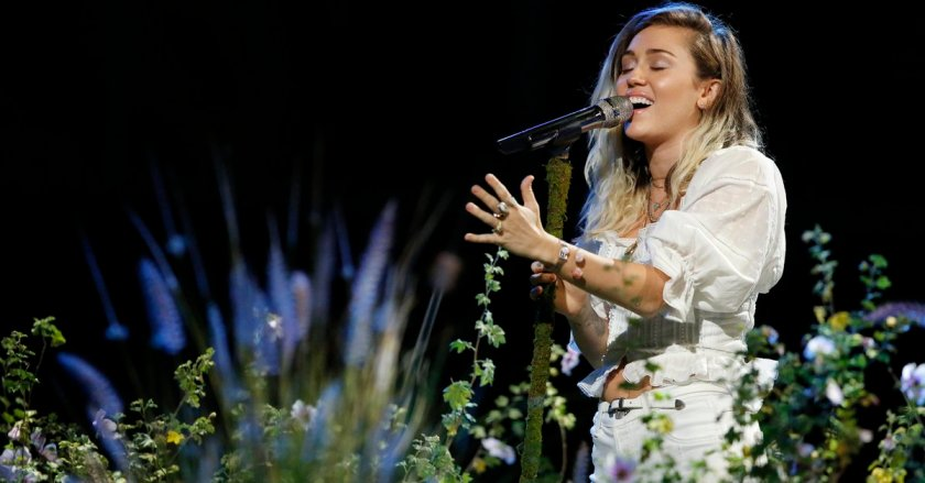 Miley Cyrus dedicates her