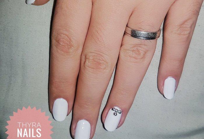 Thyra Nails On Twitter Diseño De Uñas Blancas Con Perlas Plateadas