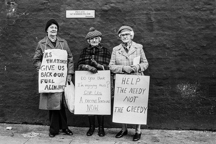Pensionistas protestando a las puertas de la casa de Margaret Thatcher, Londres, 1980 por la fotógrafa Jane Bown
