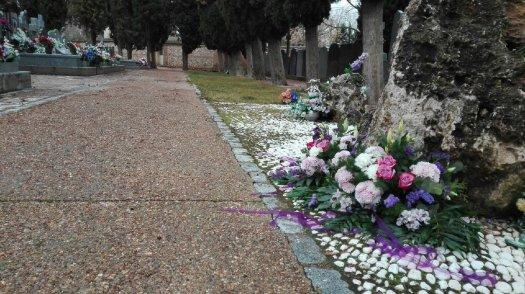 test Twitter Media - Bonito gesto de @PlatfeministaGu depositando las flores de la #JornadaFeminista en la fosa del Cementerio de Guadalajara. Allí yacen hasta 13 compañeras asesinadas por el franquismo https://t.co/Hej5FhpZvw