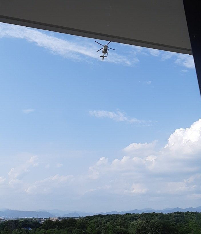 test ツイッターメディア - 院内放送で「ドクターヘリが到着しますので、窓をお締め下さい」と。 病室から景色を見てたら、ドクターヘリがぁ~‼ まさしくぅ~病室の上に着陸なう。  慌てて窓ごしから撮影⤴️⤴️ まめつぶ過ぎる💦 #ドクターヘリ https://t.co/ZXWHkVrc5N