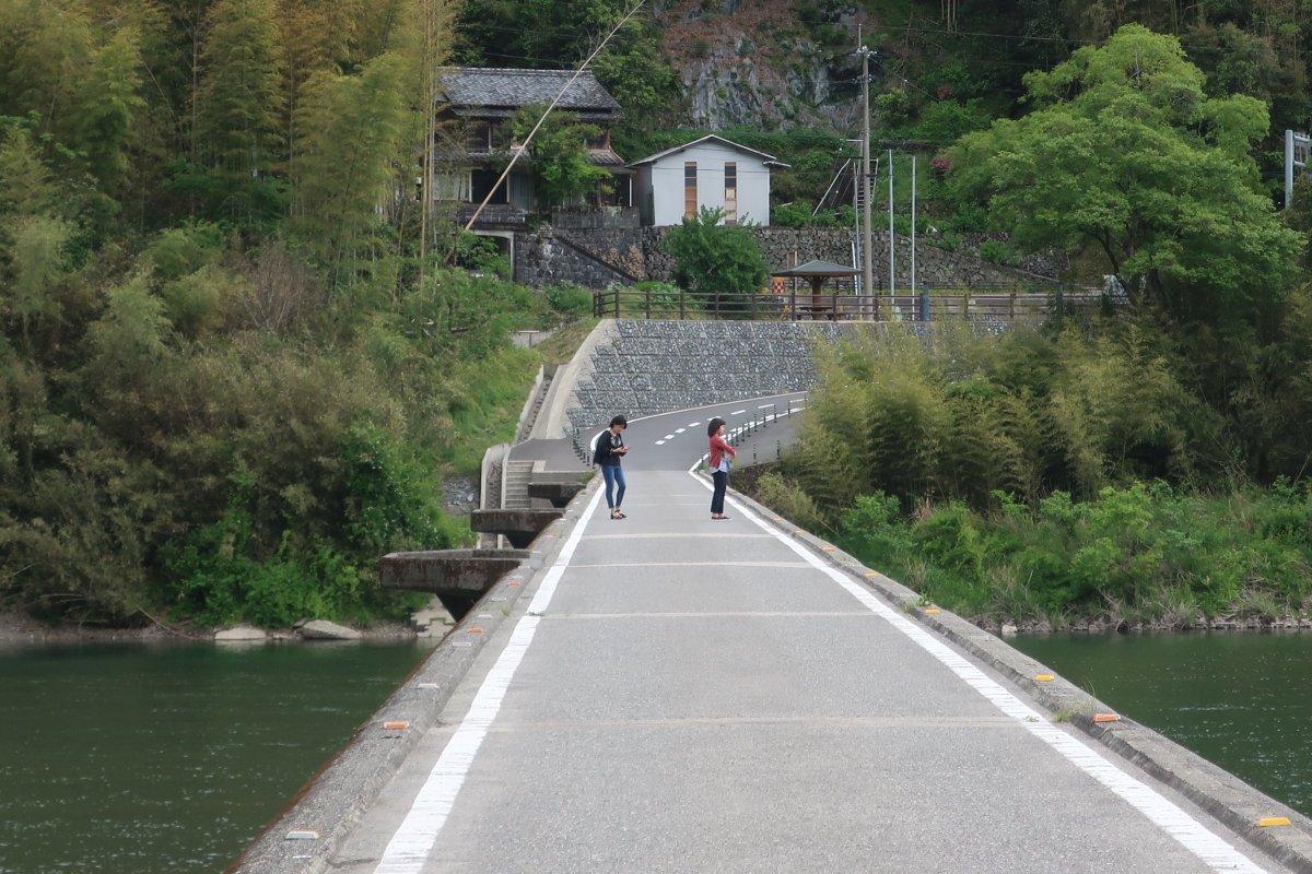 test ツイッターメディア - 高知県を走行中に沈下橋があったので往復してみた(名越屋沈下橋)。高い所苦手なので結構スリリングだった。写真じゃわからないけど高さが結構ある。この川幅の広さは雑誌で見ていた高知のツーリングのイメージ。天気良ければなぁ。 https://t.co/kVFrUT6kIR
