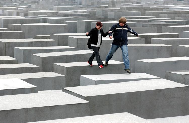 test ツイッターメディア - ホロコースト記念碑  敷地にグリッド状に並ぶコンクリート製の石碑2,711基。ブロックが、多様な高さで連なる  ピーター・アイゼンマン ホロコースト記念碑  敷地にグリッド状に並ぶコンクリート製の石碑2,711基。ブロックが、多様な高さで連なる  ピーター・アイゼンマン https://t.co/CwHSAnwoIL