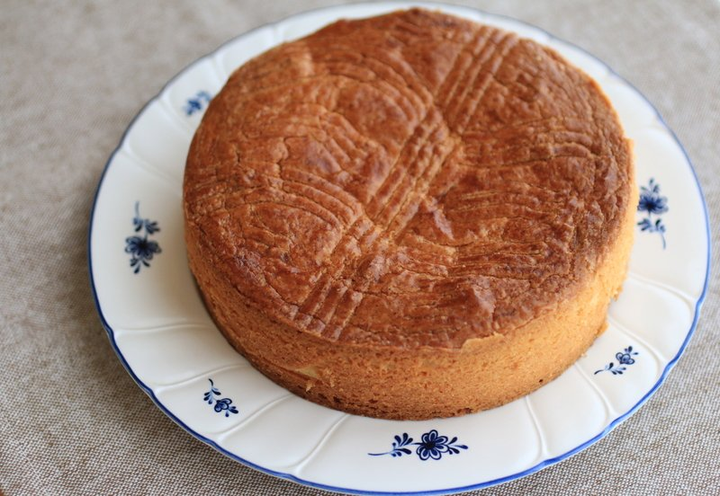 test ツイッターメディア - 【今日の一皿🍴】フランスとスペインにまたがり、独自の文化や言語が守られている #バスク地方 。「ガトー・バスク」は、生地に #サクランボ (ブラックチェリー)ジャムやアーモンドクリームを挟んで焼き上げた素朴なお菓子です。🍒🥧サクサクのクッキー生地とジャムのしっとりとした食感が最高😋☕️ https://t.co/Zwd75ibH1O