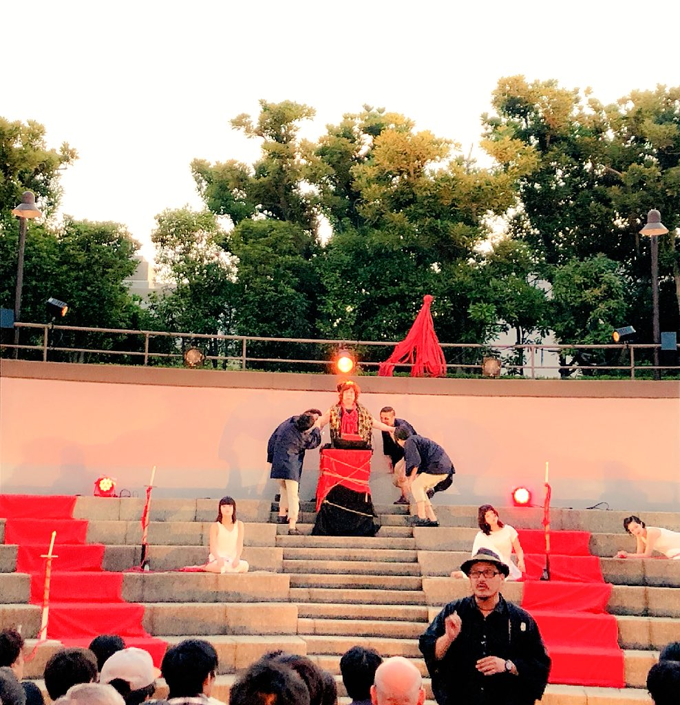 test ツイッターメディア - 改めまして、初の野外劇を見てきました👀 燃え盛る松明🔥開演からのパフォーマンス、音楽、口上、なんだかお祭りに来たのかと思う雰囲気❤️! 舞台には糸に囚われた女達。客席を縦横無尽に舞う白塗りの影。 凄まじいエネルギーがとぐろを巻いて巻き上がるようなパワーのある作品でした🐉✨ https://t.co/TddMDeEhVQ