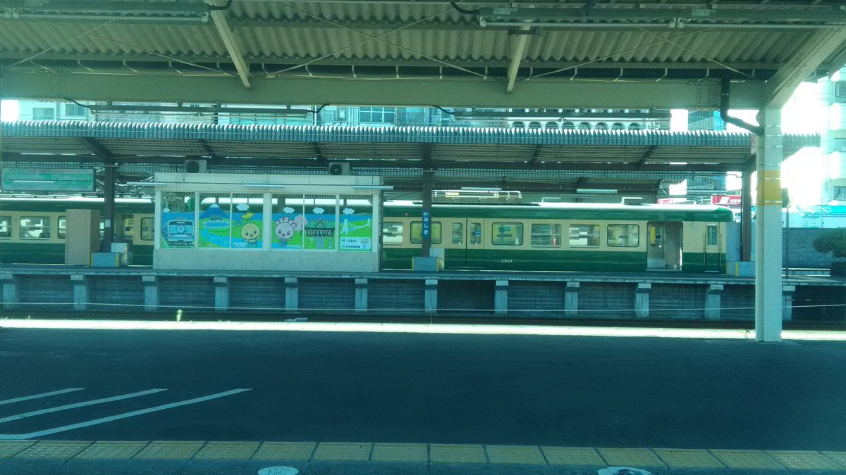 test ツイッターメディア - 三島駅だが 向こうに停まってる伊豆箱根鉄道の車両のデザイン 江ノ電みたいだ https://t.co/AebqWMQ1WO