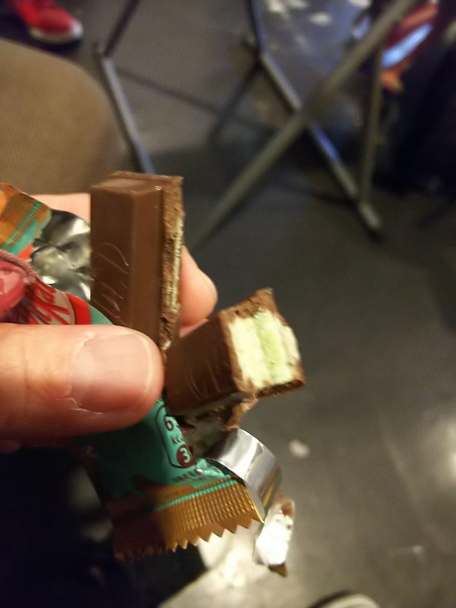 test ツイッターメディア - はーちゃんから、キットカットのプレミアムミント味を貰ったー♪♪ ありがとう( *´艸`) はーちゃんはチョコミントが嫌いなんだって(´・_・`)こんなに美味しいのにー(´・_・`) チョコミン党のわたし的にはもっとミントがキツイ方が好きっ♪ https://t.co/RXyIBcjqZ7
