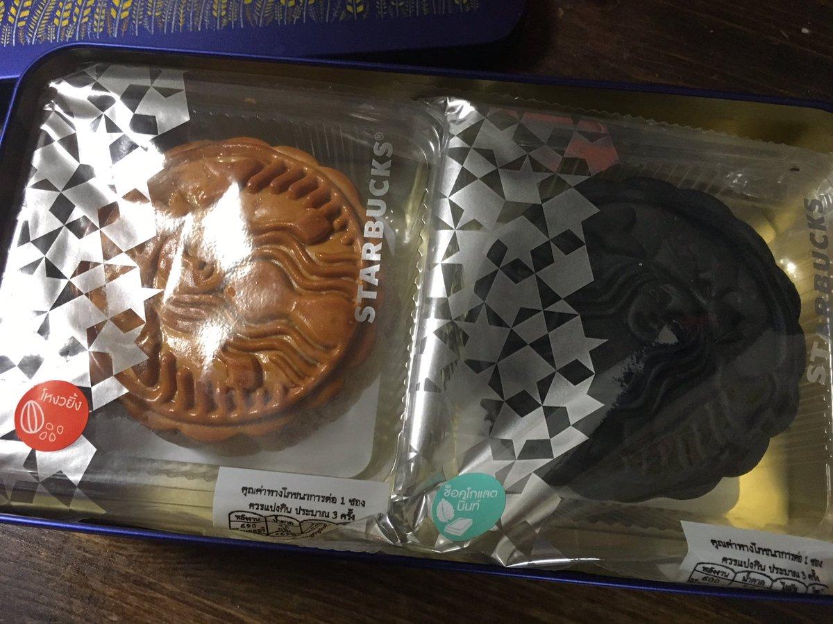 test ツイッターメディア - お土産にいただいたタイのスターバックスの月餅 黒い方はチョコミント味 https://t.co/kWKmrj3kMl