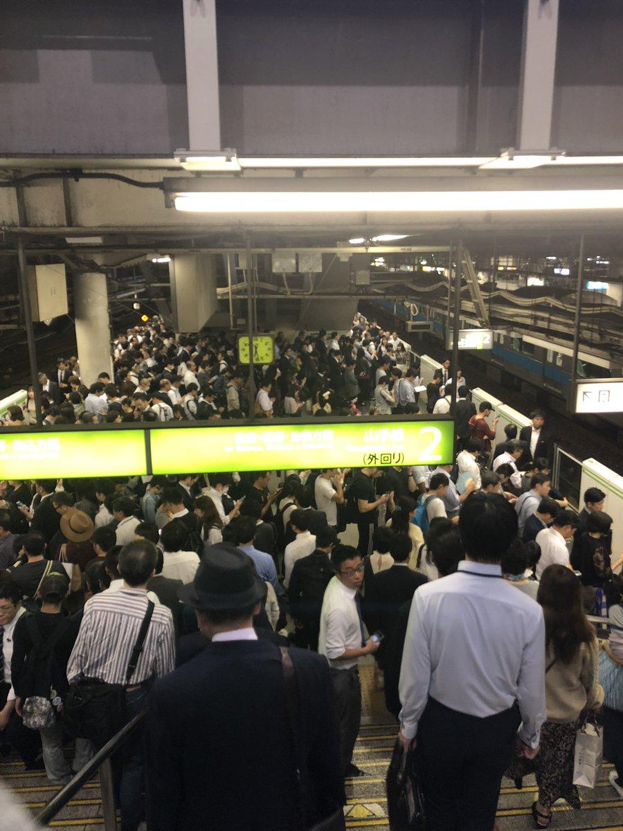 人身事故の影響で品川駅が混雑している画像