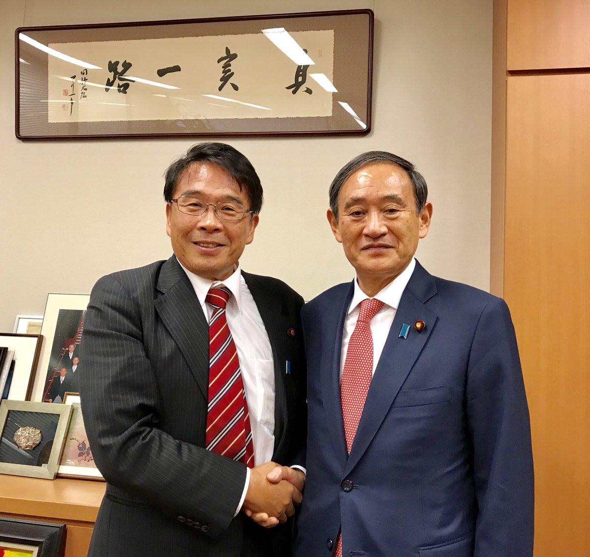 test ツイッターメディア - 拉致担当大臣に就任された菅義偉官房長官が、私の事務所にご挨拶にお越しになりました。 普段は対立することが多い与野党ですが、日本人拉致被害者救出に向けて、オールジャパン体制で北朝鮮に臨む必要があります。 分断された家族が一日も早く再開できるよう、政府の力強い行動を求めます。 https://t.co/smohhdEafj