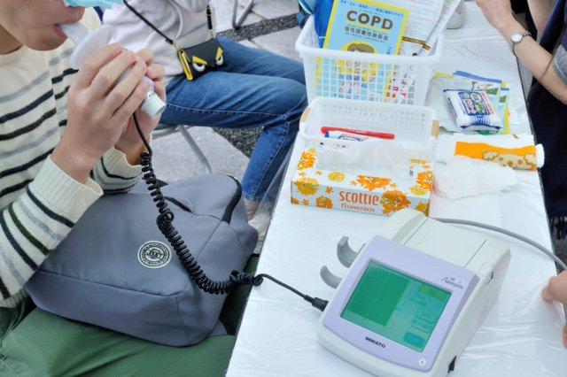 test ツイッターメディア - 【肺年齢って何?】 COPD(慢性閉塞性肺疾患)について知っていただくため、10月20日(土)、六本木にて肺年齢測定会を実施しました。 次回は10月27日(土)味の素スタジアム(6時間耐久リレーマラソン2018)にて。 詳細⇒https://t.co/Nf7tTAmg2d #COPD #イベント #肺年齢 #喫煙 #たばこ https://t.co/wFmYnOXaNz