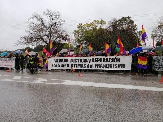 test Twitter Media - Mucha gente en la entrada de Cuelgamuros bajo la lluvia, gritando #VerdadJusticiaYReparación #NIVALLENIALMUDENA @FMemoriaMadrid @encuentrmemoria https://t.co/XqHqKvNFPD
