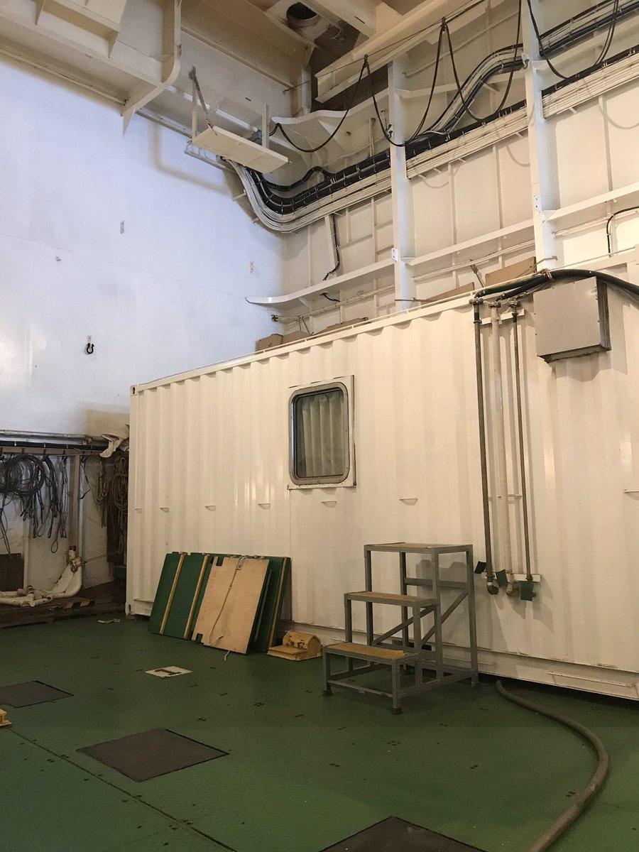 test ツイッターメディア - 潜水船格納庫に来ました。ここはその前部にある倉庫。研究用のコンテナを置けるようです。 かつては無人探査機「かいこう」の母船でもあったので、でっかいケーブルドラムがありました。今は「かいれい」に積んでますね。 https://t.co/azVTkq4kOB