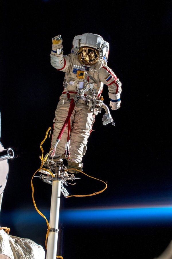 PsBattle: Planet Earth, a cosmonaut, and the International ...