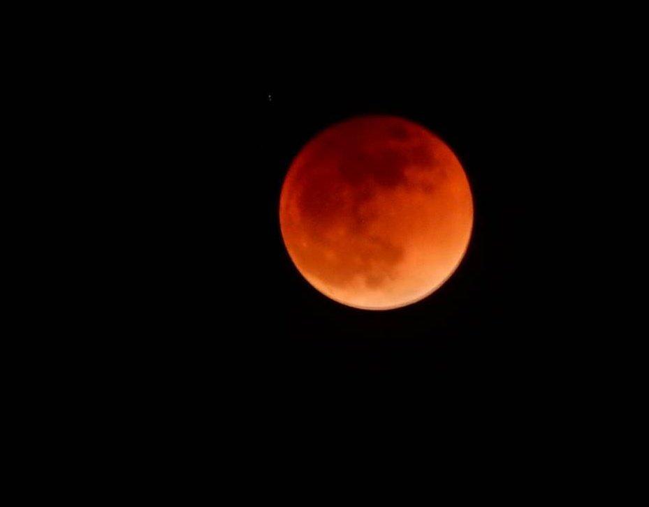 test ツイッターメディア - 2019年の1月21日、2月20日、3月21日はスーパームーン。 1月21日のスーパームーンは赤い月、スーパーブラッドムーン(皆既月食)だそうです🌝 (写真は2018年1月31日の皆既月食の時に私が撮影したものです📷) https://t.co/7zWkOWaM17