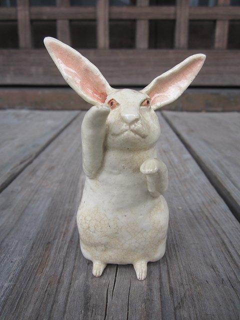 test ツイッターメディア - 「招き兎(右招き)」  陶芸作家の相場るい児さんの作品。招きウサギ。 手びねりで制作された、手のひらサイズの陶人形。  こちらは平安工房/古書わらべオンラインショップにて取り扱い中。  詳細→https://t.co/XLNhGYlEA8  #BASEec https://t.co/wC4PrGjVtA