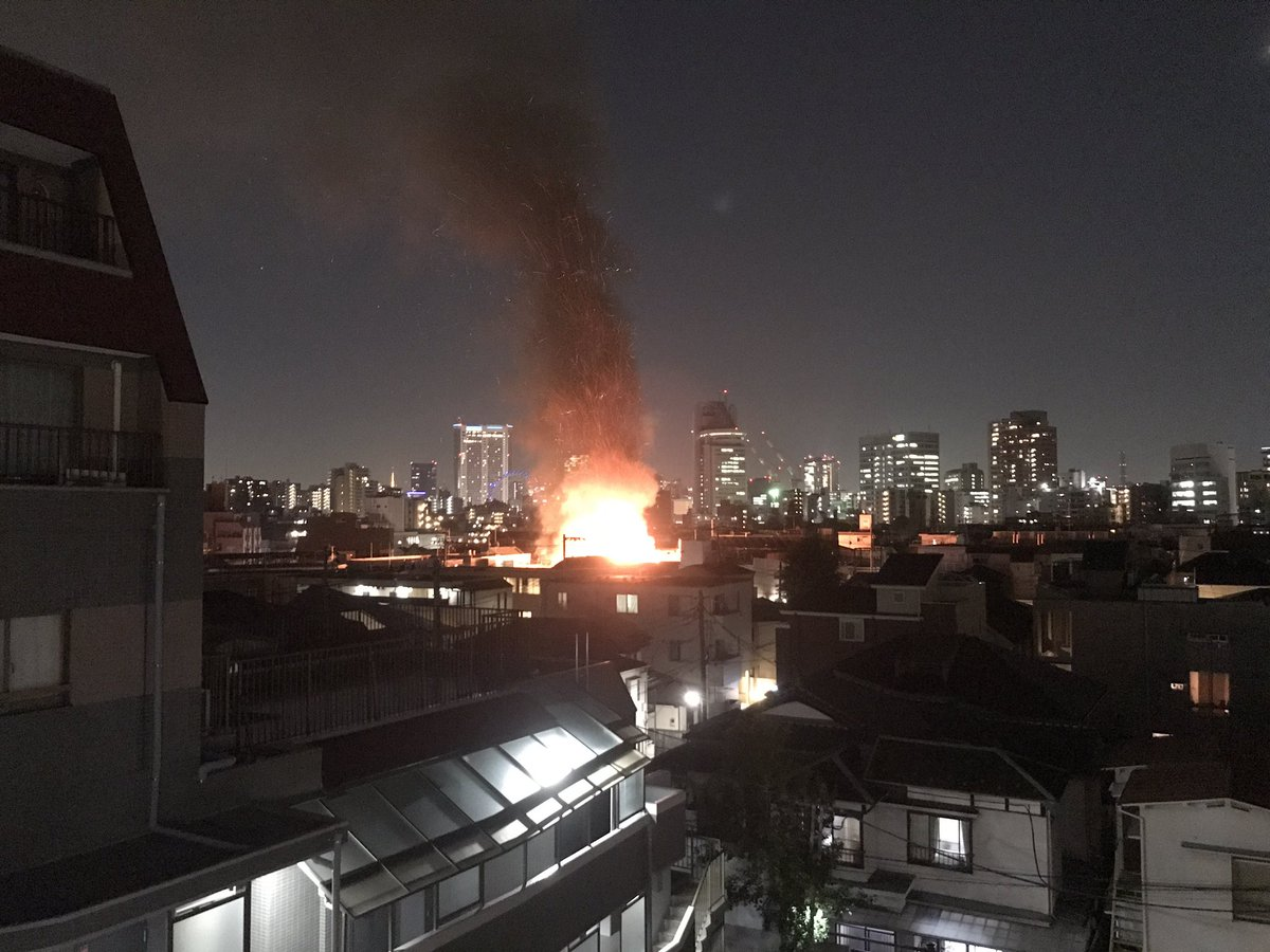 文京区西片の住宅が激しく燃える火災が起きている現場画像