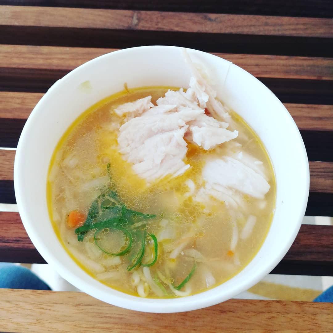 test ツイッターメディア - 【減量#ファミマご飯】 味噌ラーメン風野菜スープとサラダチキンの組み合わせがメチャクチャ美味しい。 ボリューム感もあってかなりお腹が膨れる。  これで217kcalのタンパク質29.8g。  久々におにぎりがいけるのでスーパー大麦入りしらすワカメ。 薄味なのでスープとも合う #ダイエットコンビニ飯 https://t.co/frhsF0K1Yo