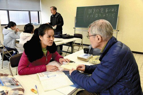 test ツイッターメディア - 「町内の高齢者ら8人がボランティア講師を務める」。技能実習生の場合320時間の講習を受けていれば日本語出来なくても入国出来てしまうが、それが原因でいろいろ問題が起きているような:生活環境の整備急務…改正入管法1か月 https://t.co/eplel3joNX https://t.co/E9yZUTuOz2