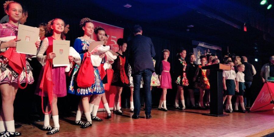 test Twitter Media - Die Ehrungen sind in vollem Gange. Die große Gruppe der Tänzerinnen (und auch eines Tänzers 😉) der Dance Academy des HNT erhalten ihre Urkunden von Robert Timmann von der Harburger Bezirksversammlung, und ihre Präsente von Kolleginnen der @SpkHarBux 👍🎉 https://t.co/RNbc68eiEb
