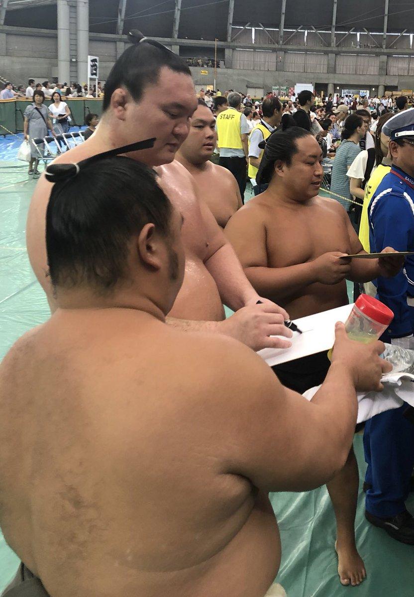 test ツイッターメディア - 大相撲速報!最新の日本相撲協会の更新情報!<夏巡業@札幌市> 稽古後、お客様にサインをする白鵬。 #sumo #相撲 https://t.co/12JLcZFN2T https://t.co/3sQDskmrW9