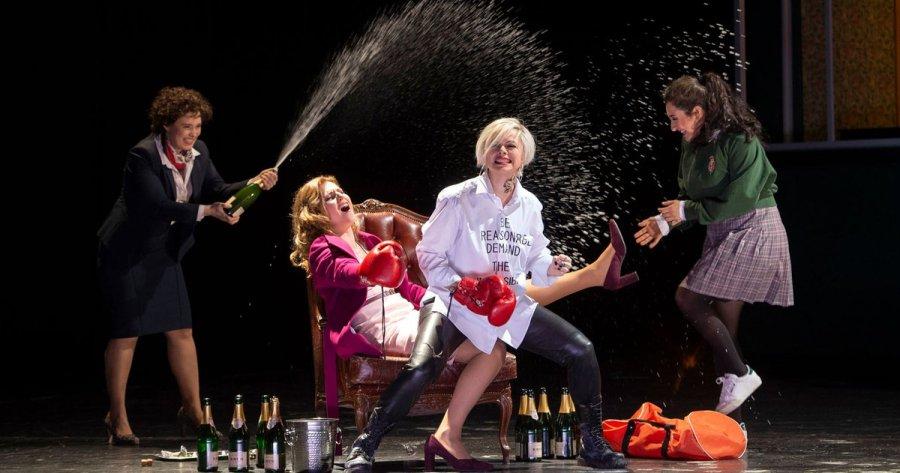 """test Twitter Media - """"Alles ist Spaß auf Erden!"""" Calixto Bieito inszeniert Verdis Falstaff in Hamburg -> https://t.co/CAvrbRJ2kW Die Neuproduktion von """"Falstaff"""" könnt ihr noch im Januar, Februar und anlässlich der Italienischen Opernwochen im März erleben: https://t.co/VAqbRaVrKk #falstaffHH https://t.co/SGRFhWPzpW"""