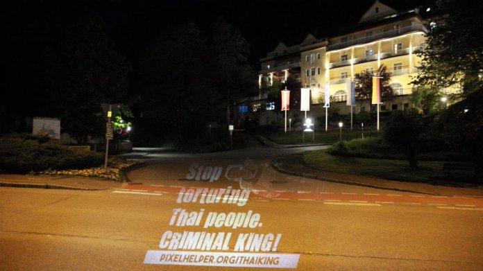 Activistas tailandeses  proyectaron mensajes en el Grand Hotel Sonnenbichl en Alemania, donde el rey Vajiralongkorn se hospeda con un harén de 20 mujeres, a modo de protesta.