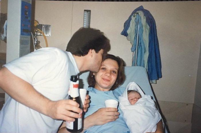 Фото: Энн Трэйси Ли Фоули и Дональд Хитфилд с первенцем Тимом в роддоме. Разведчики-нелегалы «на заре» своей деятельности. Фото из семейного архива