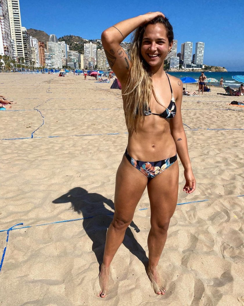 "Deyna Castellanos on Twitter: ""Kinda hot. Un poco de vitamina D 🥵🏖… """